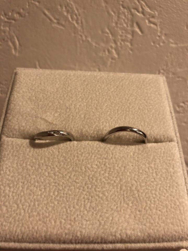 【AFFLUX(アフラックス)の口コミ】 デザインが可愛くてシンプル。 でも曲線になっていて女性用にはダイヤが付…