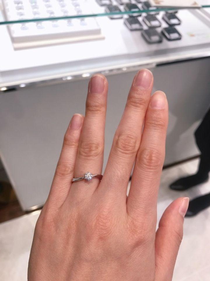 【ROYAL ASSCHER(ロイヤル・アッシャー)の口コミ】 婚約指輪ならではの贅沢なキラキラ感!そして左から右にねじるようなリン…
