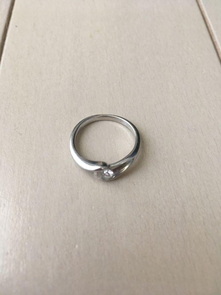 【LUCIE(ルシエ)の口コミ】 他にはあまりない交差しているような感じの上にダイヤモンドがのっている…
