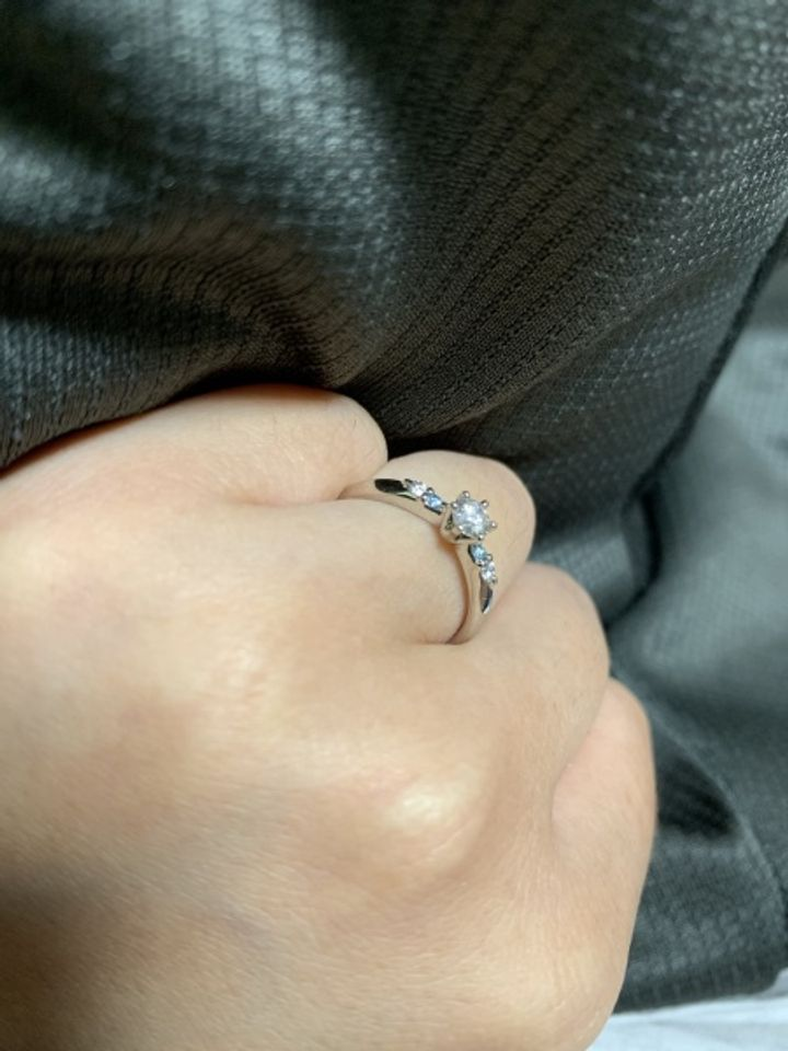 【フォーエバーマーク(FOREVERMARK)の口コミ】 ダイヤがとても綺麗で気に入っています。サイドに青の石も入っていて、私…