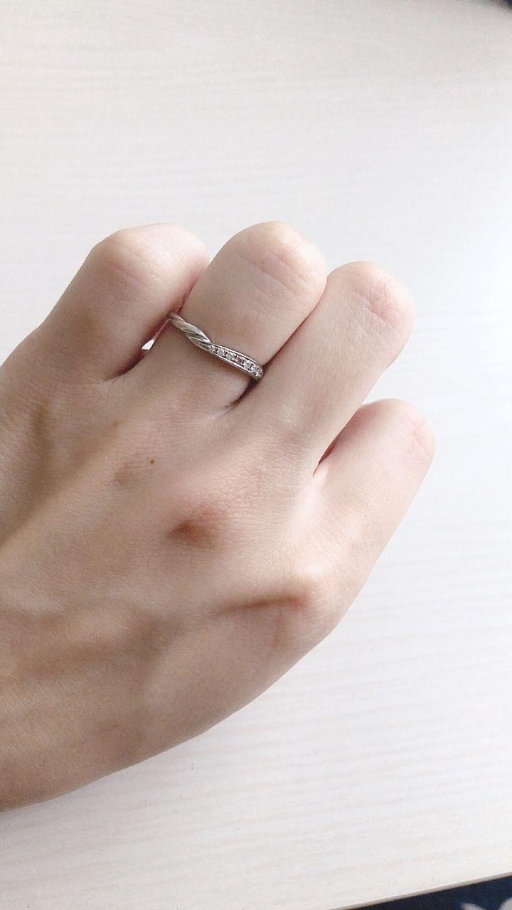 【COLANY(コラニー)の口コミ】 毎日着用したく、落ち着いたデザインに惹かれこの指輪に決定しました。7つ…