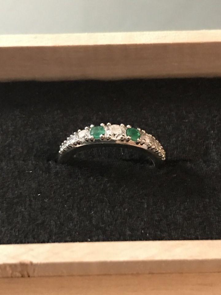 【Lovignette(ラヴィネット)の口コミ】 古いダイヤの指輪のダイヤモンドも使い、誕生石のエメラルドをアクセント…