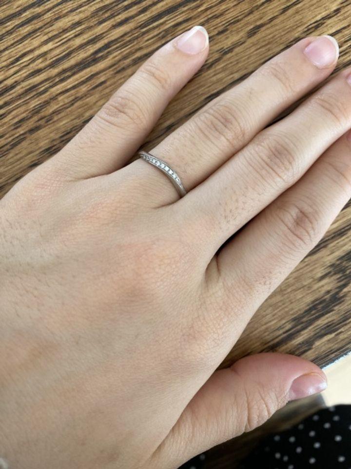 【Something Blue(サムシングブルー)の口コミ】 指輪のデザインは定番のストレートタイプではなくカーブがかったタイプが…