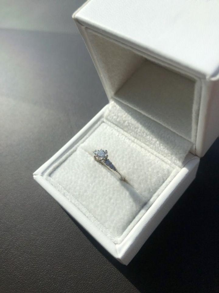 【AFFLUX(アフラックス)の口コミ】 脇石があるデザインのものを探していたところ、こちらの指輪と出会いまし…