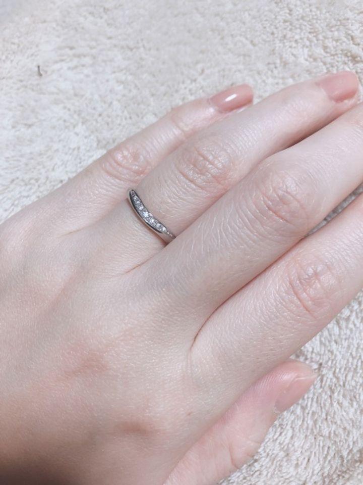 【ROYAL ASSCHER(ロイヤル・アッシャー)の口コミ】 緩やかなVラインのカーブが柔らかい印象のプラチナリングです。婚約指輪と…
