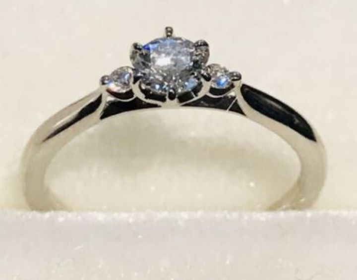 【エルサカエの口コミ】 こちらの指輪はシンプルかつ美しいデザインで、大きなダイヤモンドが真ん…