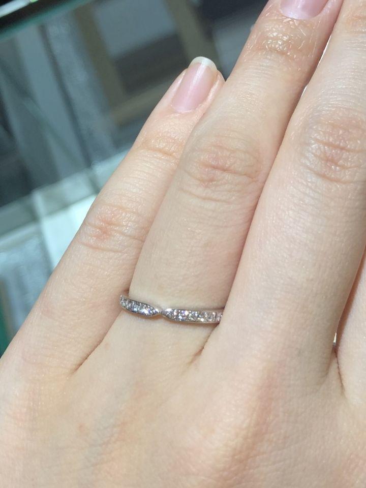 【DIYARTH(ディヤース)の口コミ】 こちらの指輪は婚約指輪など、真ん中に石のあるデザインと一緒に着けても…
