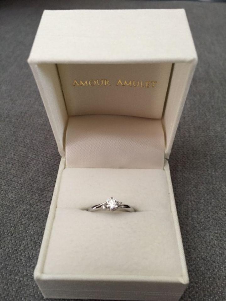 【AMOUR AMULET(アムール・アミュレット)の口コミ】 真ん中のダイヤと、両側にセットされた小さなダイヤがまるでお花のように…