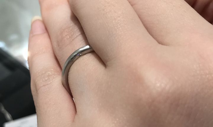 【AHKAH(アーカー)の口コミ】 ダイヤの位置が側面ではなく下向きについており、正面からは見えず指輪を…
