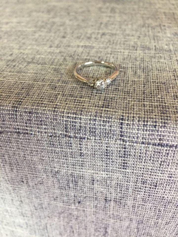 【ROYAL ASSCHER(ロイヤル・アッシャー)の口コミ】 ダイヤが3つ付いているタイプで広がりがあるのでとても大きく見えます。…