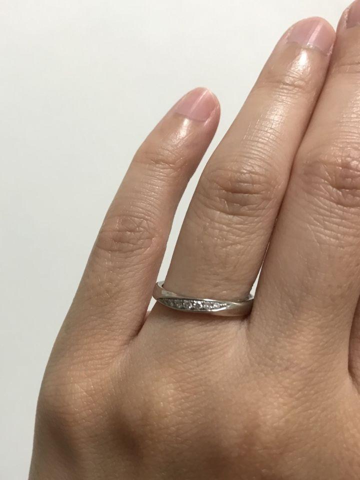 【4℃ BRIDAL(ヨンドシーブライダル)の口コミ】 前面にダイヤが散りばめられているデザインに惹かれて購入しました。手が…