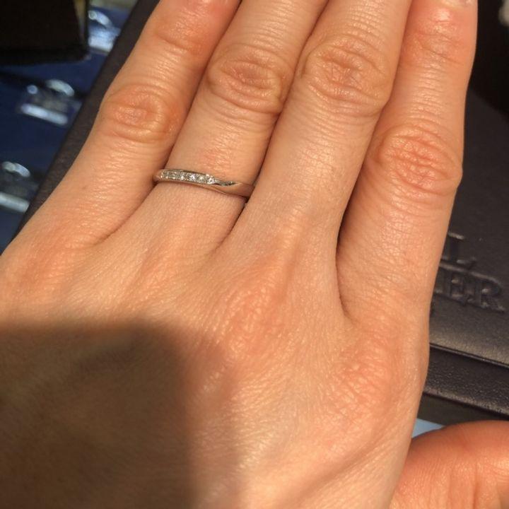 【ROYAL ASSCHER(ロイヤル・アッシャー)の口コミ】 ダイヤモンドとプラチナの輝きが本当に美しく、つけ心地も良かったです。 …