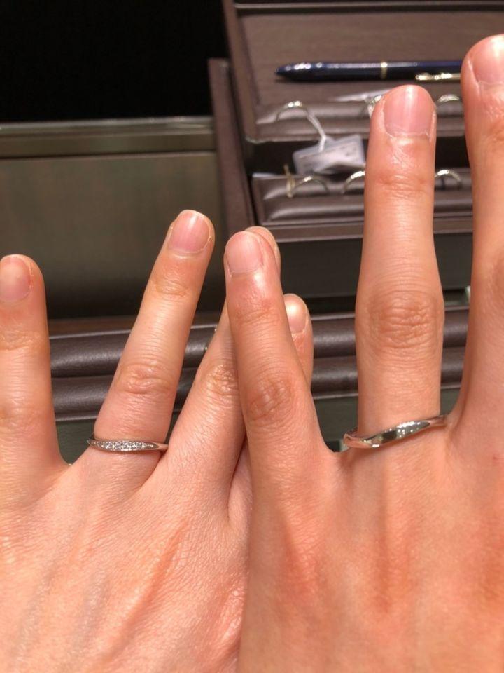 【TAKEUCHI(宝石・時計のタケウチ)の口コミ】 流れるようなダイヤモンドがとても綺麗です。ウェーブの効果で女性は指が…