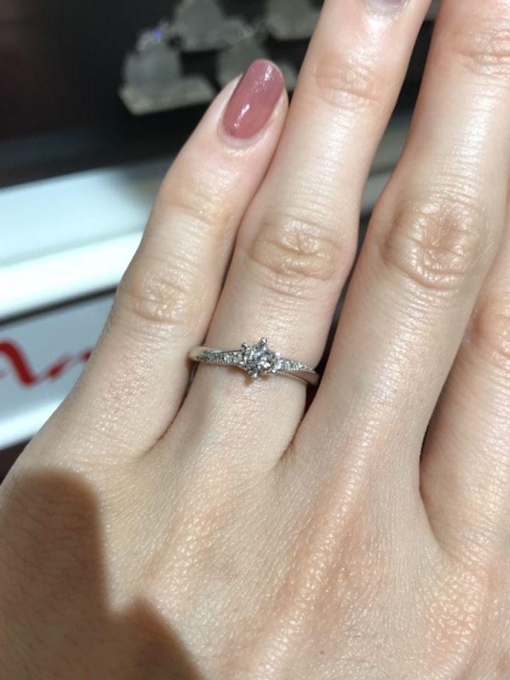 【アンジェリックフォセッテ(Angelique Fossette)の口コミ】 手が美しく見えるようにカーブされたデザインの指輪です。ダイヤがライン…