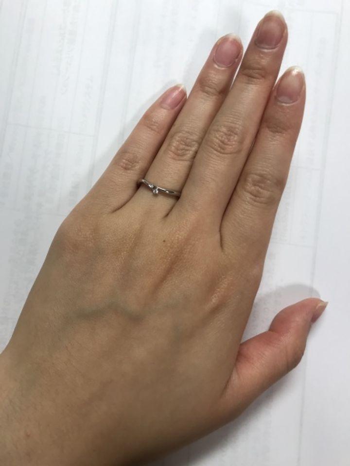 【ひなの口コミ】 華奢で凝ったデザインが唯一無二で可愛かったこと、自分の細めの指には一…