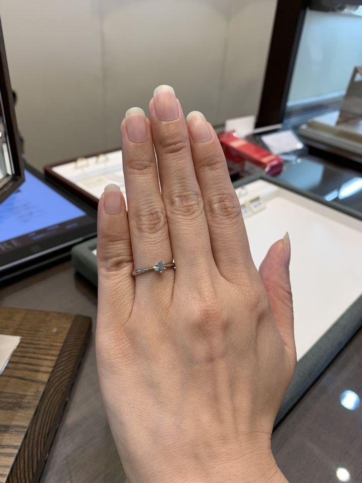【ラザール ダイヤモンド【取扱店販売】の口コミ】 カットは3代カッターズブランドのラザールに委託しているとの事で、輝きが…
