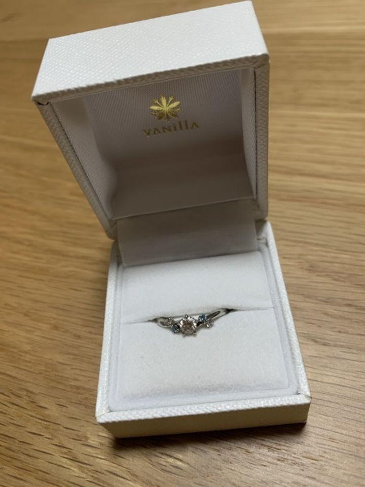 【VANillA(ヴァニラ)の口コミ】 彼女からブルーのダイヤを入れて欲しいという要望があったのでそれを必須…