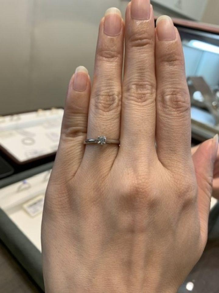 【ラザール ダイヤモンド【取扱店販売】の口コミ】 上から見るとわからないのですが、横から見ると爪部分から伸びた部分が丸…
