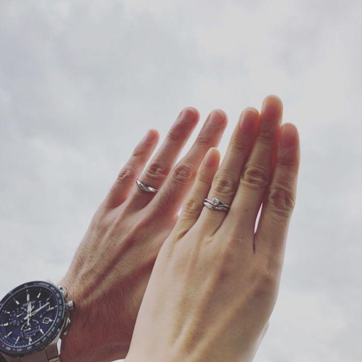 【俄(にわか)の口コミ】 セットリングなので婚約指輪とフィットします!ストレートの物よりも、カ…