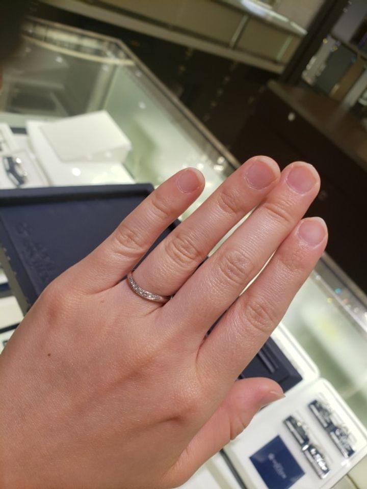 【ROYAL ASSCHER(ロイヤル・アッシャー)の口コミ】 指輪が緩やかなU字にカーブしているところが気にいりました。V字より柔ら…