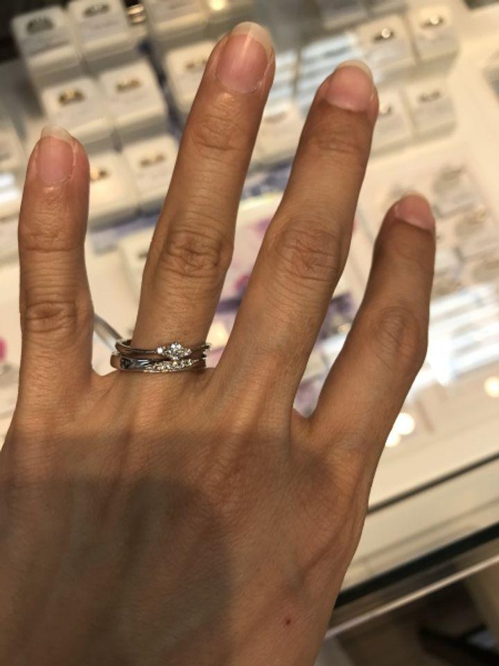 【ESTELLE(エステール)の口コミ】 写真では2つ着用していますが下の結婚指輪の口コミを書きます。 3本セッ…