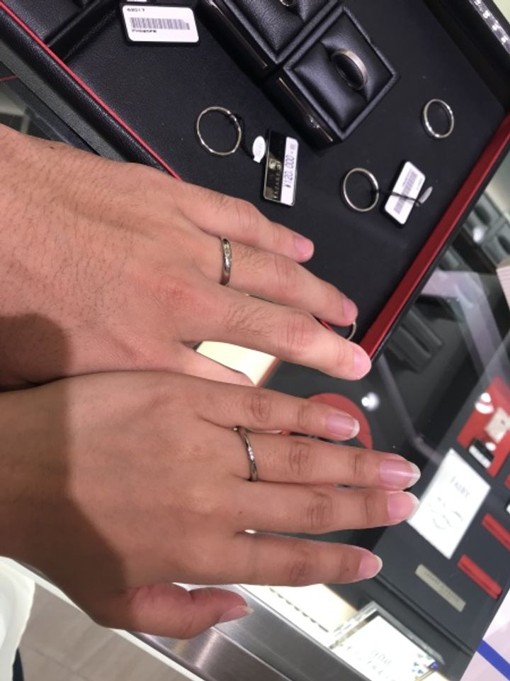 【ラザール ダイヤモンド【取扱店販売】の口コミ】 ダイヤモンドが計9石はいっていました。指輪の表面と両サイドに3石ずつで…