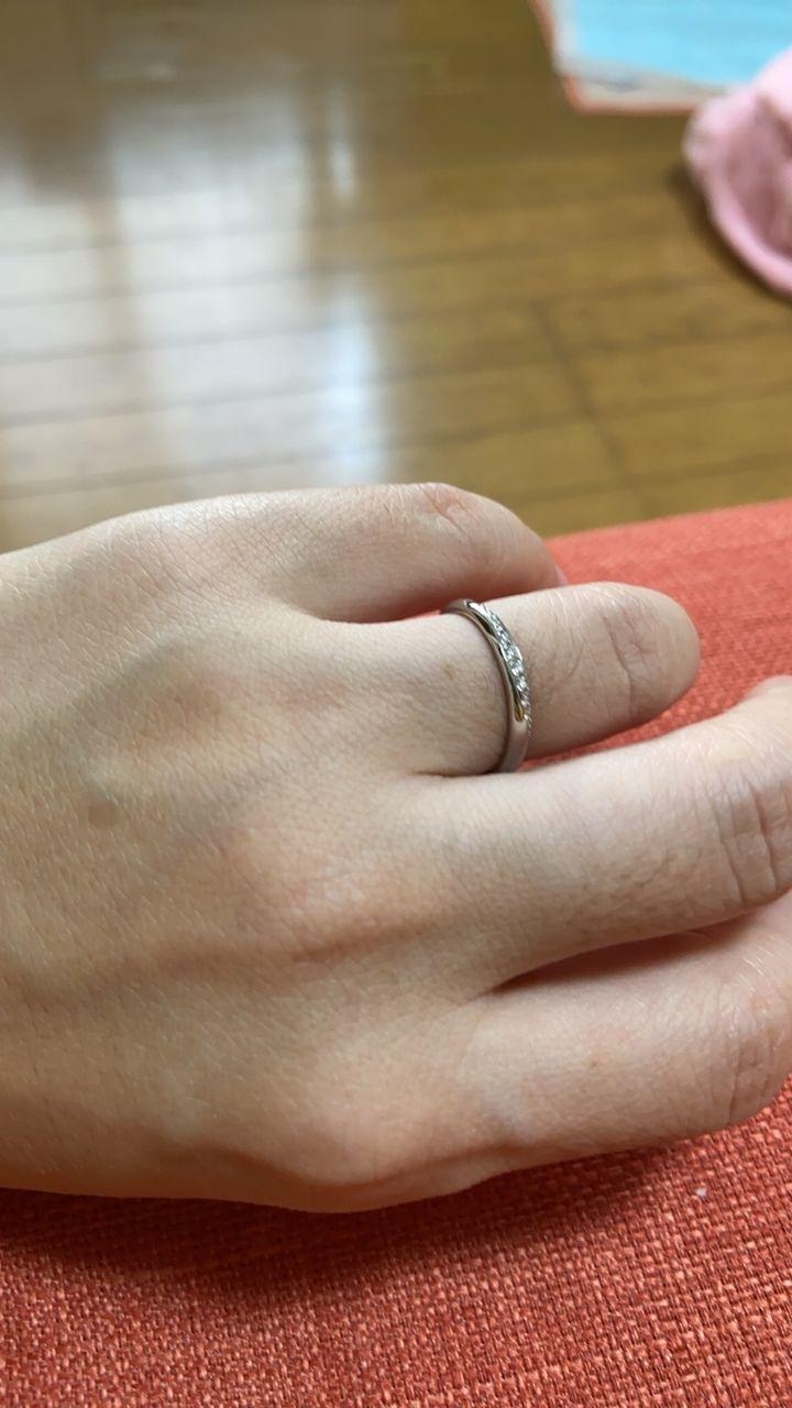 【ROYAL ASSCHER(ロイヤル・アッシャー)の口コミ】 しっかりしてるのに、指輪をはめてる感がなく気に入りました。指輪をはめ…