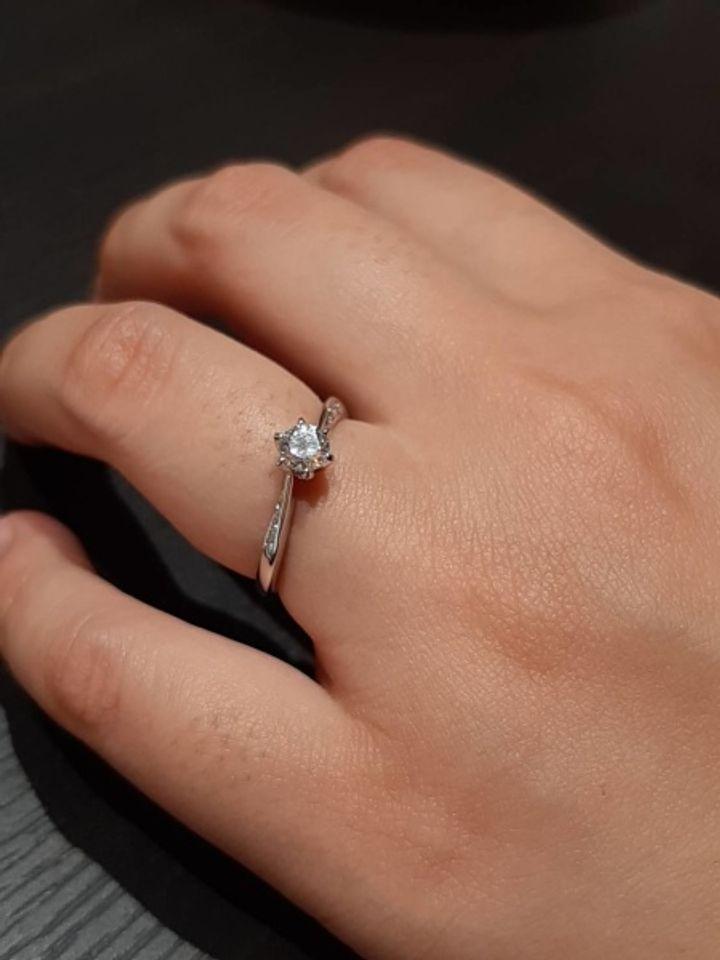 【HOSHI no SUNA 星の砂(ほしのすな)の口コミ】 ダイヤモンドが0.25カラットと大きく、存在感があります。プラチナの部分…