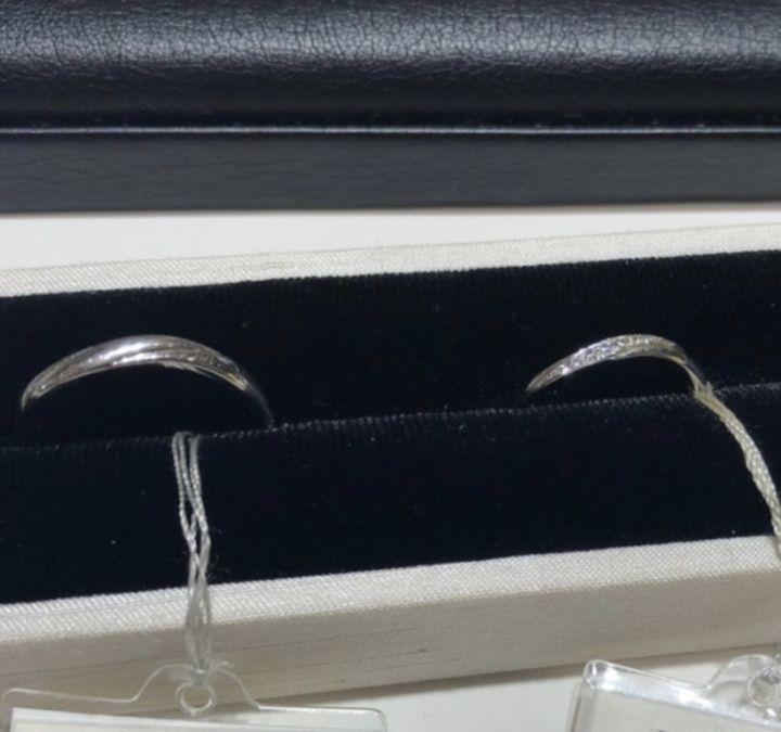 【LUCIR-K(ルシルケイ)の口コミ】 フラットな形をしていますが、指輪の表面にダイヤが斜めにあしらわれてい…