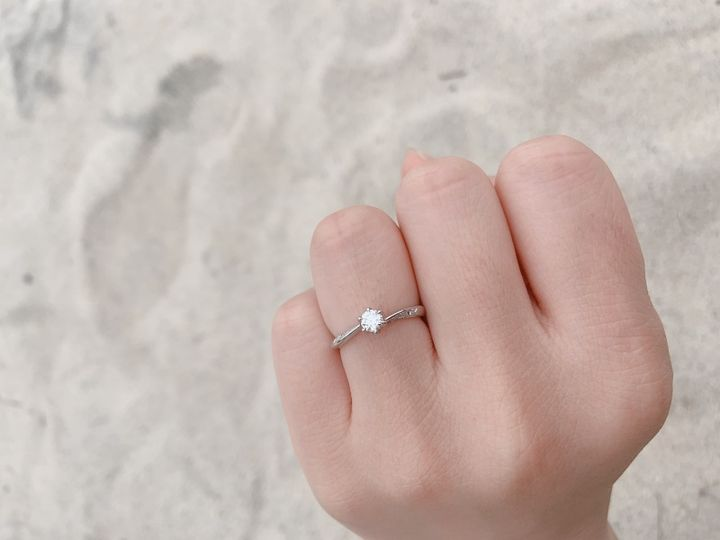 【HOSHI no SUNA 星の砂(ほしのすな)の口コミ】 シンプルにダイヤモンドが1つ付いている指輪です。大きく目立つものが良…
