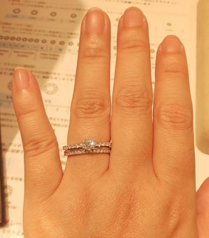 【ギンザタナカブライダル(GINZA TANAKA BRIDAL)の口コミ】 メレダイヤの中央にメインのダイヤがあるエンゲージと、メレダイヤとプラ…