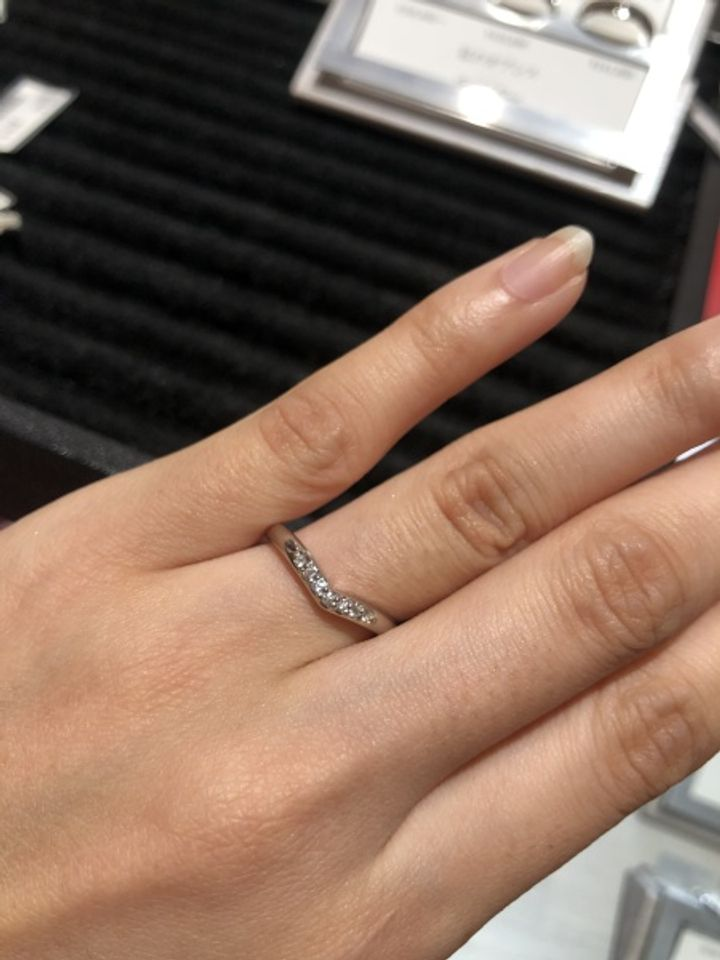 【AFFLUX(アフラックス)の口コミ】 V字ライン、ダイヤモンドありのデザイン。 V字は緩やかで、婚約指輪とも…
