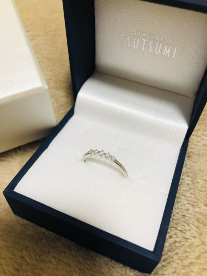【ジュエリーツツミ(JEWELRY TSUTSUMI)の口コミ】 細い指に合うように、細めのリングで探していました。 婚約指輪といえば、…