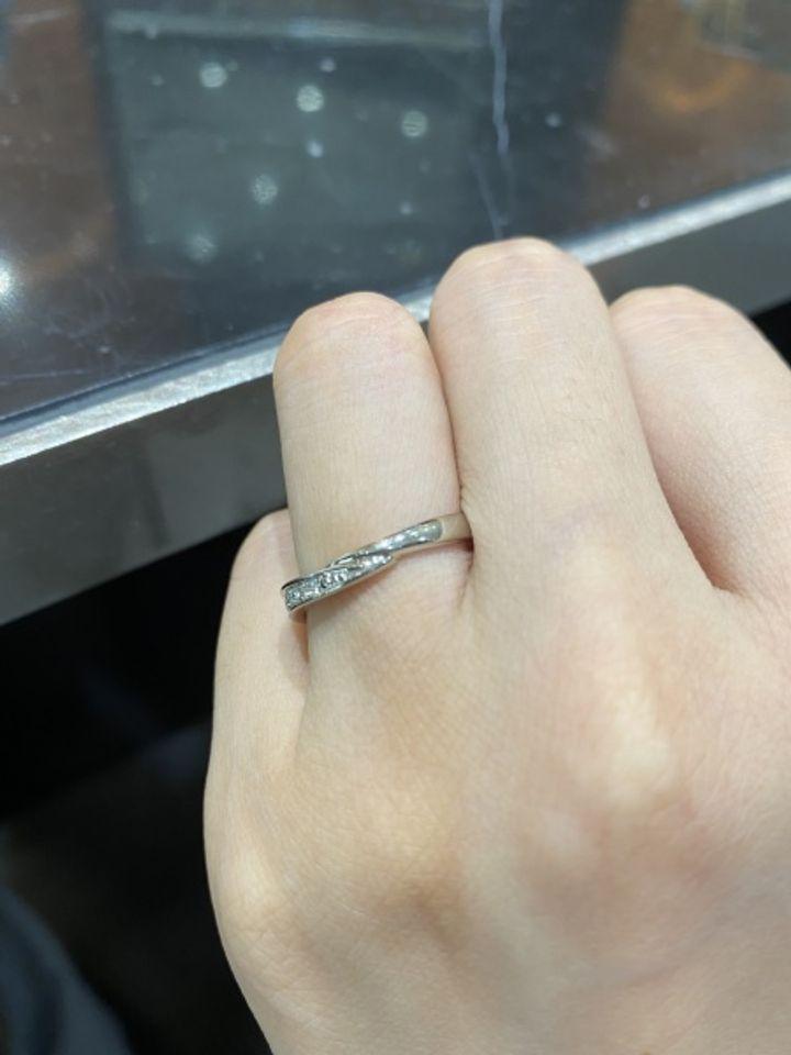 【TAKEUCHI(宝石・時計のタケウチ)の口コミ】 v字ラインの左半分にのみダイヤモンドが埋め込まれているタイプです。結婚…