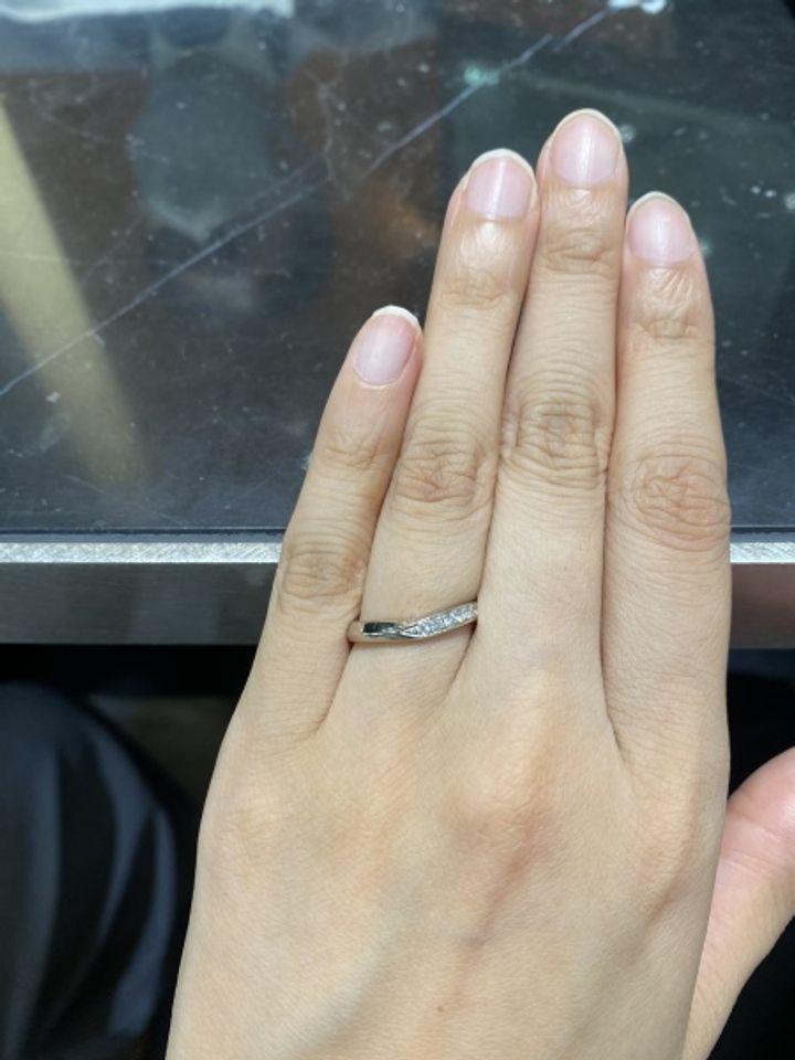 【TAKEUCHI(宝石・時計のタケウチ)の口コミ】 v字ラインで、右側のみにダイヤモンドが埋め込まれているタイプです。男性…