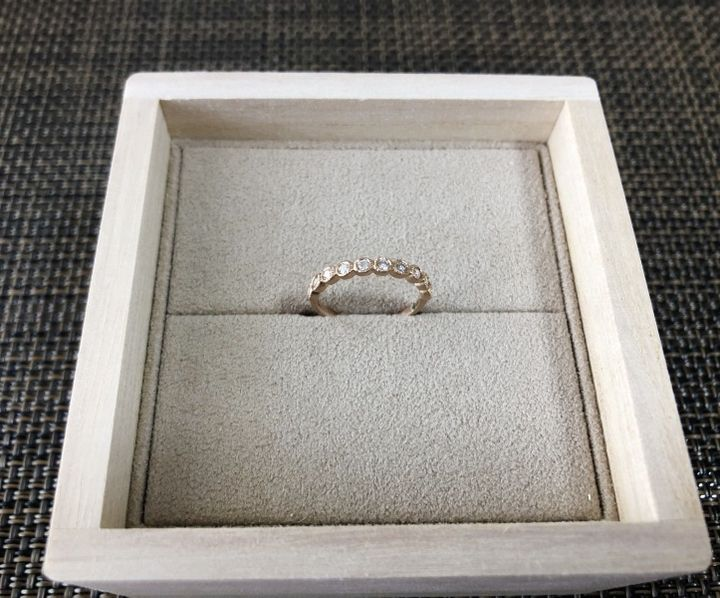【YUKA HOJO jewelryの口コミ】 普段から結婚指輪と重ね付けできる婚約指輪を探していました。 購入したYU…