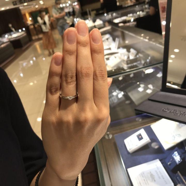 【ROYAL ASSCHER(ロイヤル・アッシャー)の口コミ】 爪なしで挟み込まれているデザインが気に入りました。 ダイヤは白い輝きが…