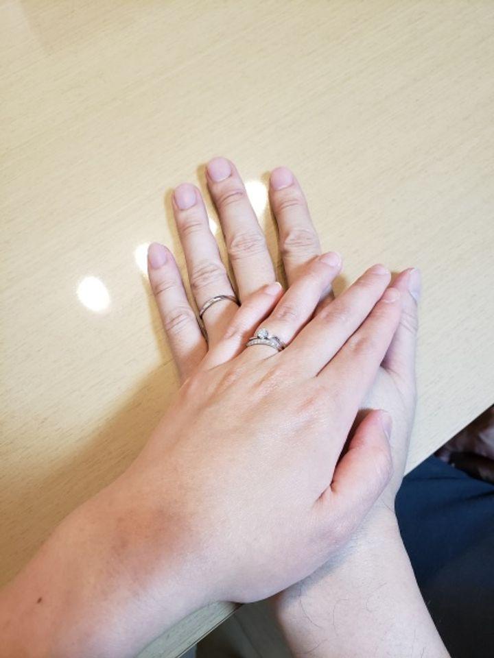 【HOSHI no SUNA 星の砂(ほしのすな)の口コミ】 短い指なのですらっと見えるウェーブタイプ、婚約指輪との重ね付けがしや…