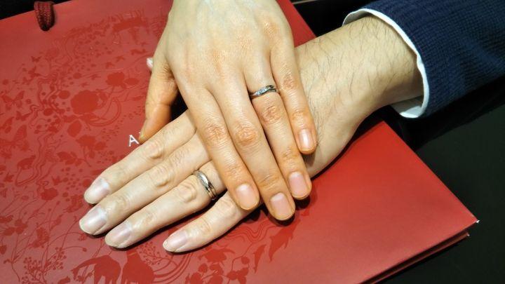 【AFFLUX(アフラックス)の口コミ】 奥さんの指輪は、ブルーにこだわっていたため、ブルーのデザインが気に入…