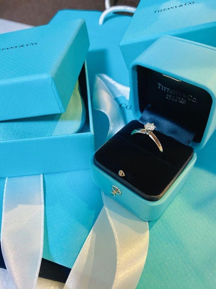 【ティファニー(Tiffany & Co.)の口コミ】 ティファニーブルーのボックスに若い頃から憧れ、婚約指輪はティファニー…