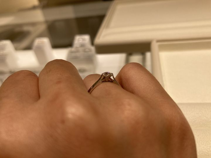 【festaria bijou SOPHIA(フェスタリア ビジュソフィア)の口コミ】 横から見たデザインがとても繊細で、ダイヤモンドが宙に浮いてるようで気…