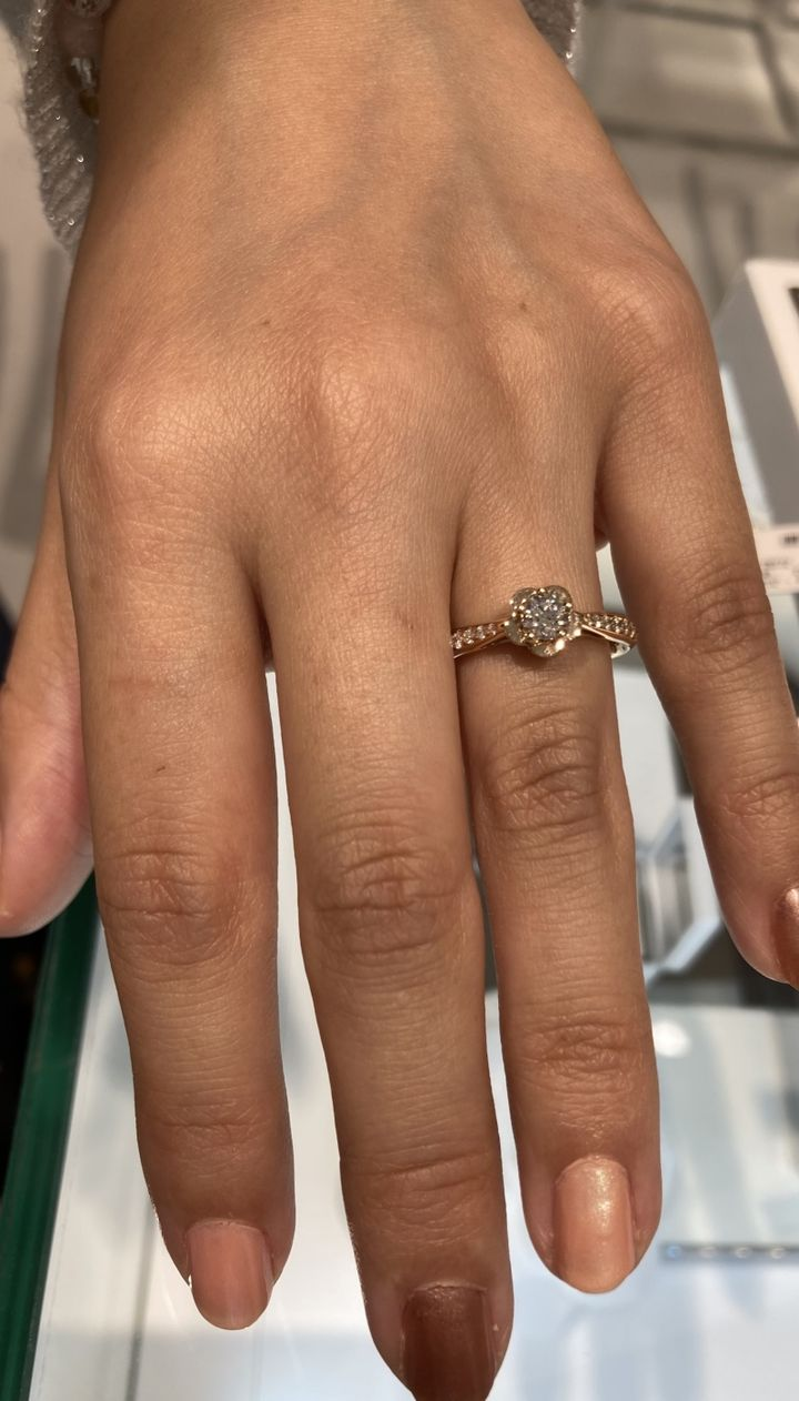 【シャネル(CHANEL)の口コミ】 CHANELのカメリアリングです。着用画像はサイドにメレダイヤが敷き積まれ…