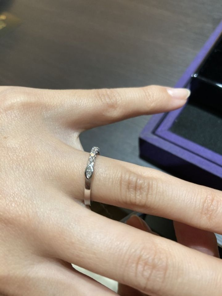 【Royal MarKiss(ロイヤル・マーキッス)の口コミ】 指輪のデザインが変わっており、ハーフエタニティの終始点にダイヤが付い…