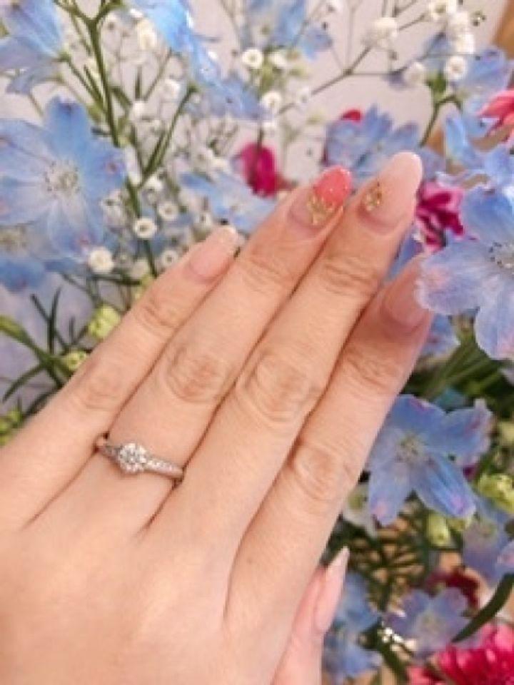 【アンジェリックフォセッテ(Angelique Fossette)の口コミ】 ウェーブタイプのリングで女性の手にフィットしやすいです。 リングはたく…