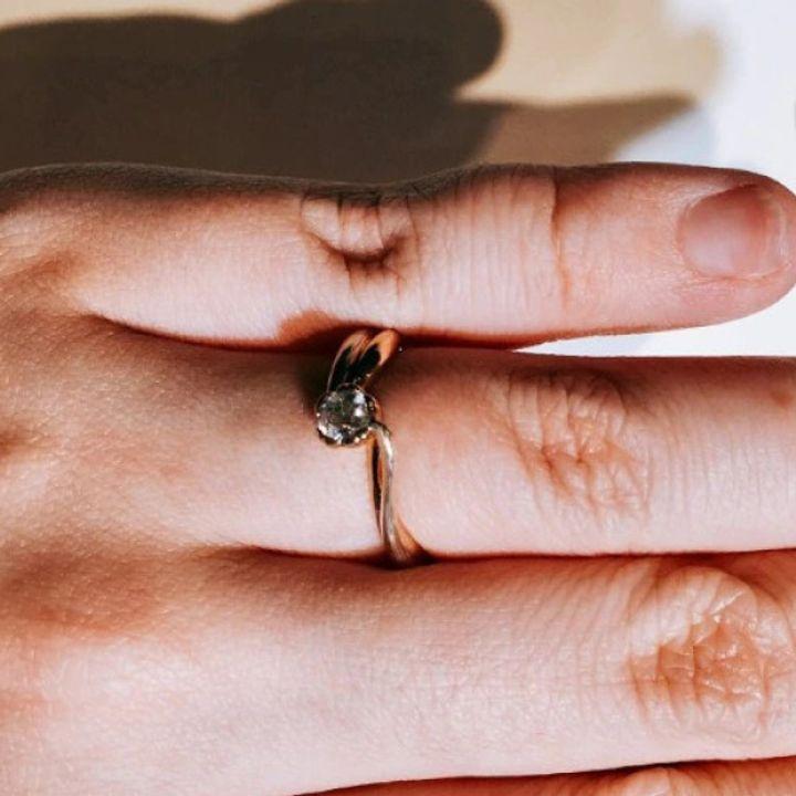 【杢目金屋(もくめがねや)の口コミ】 花をイメージしたリングで可愛らしく色合いに関しても肌の馴染みが良いの…