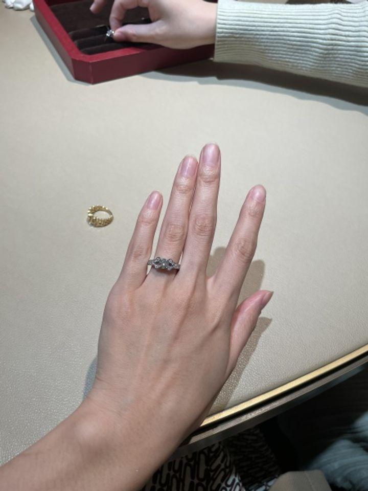 【カルティエ(Cartier)の口コミ】 カルティエのバレリーナ1ctです。 1ct以上になると、サイドアームにもダイ…