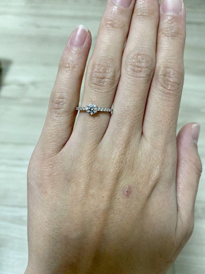【LEHAIM(レハイム)の口コミ】 婚約指輪は真ん中に大きめのダイヤ、サイドにもダイヤが入っているデザイ…