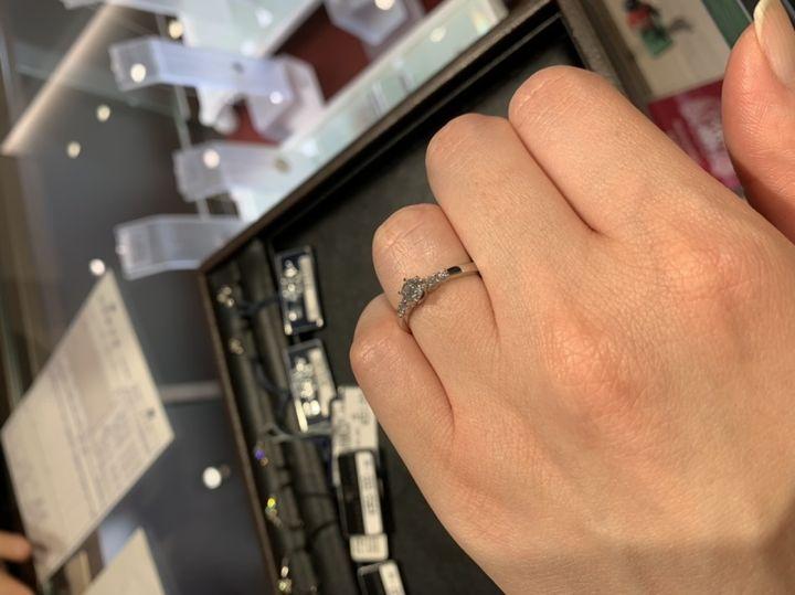 【ROYAL ASSCHER(ロイヤル・アッシャー)の口コミ】 センターダイヤの横にメレダイヤが2石ずつ並んだデザインです。アームは平…
