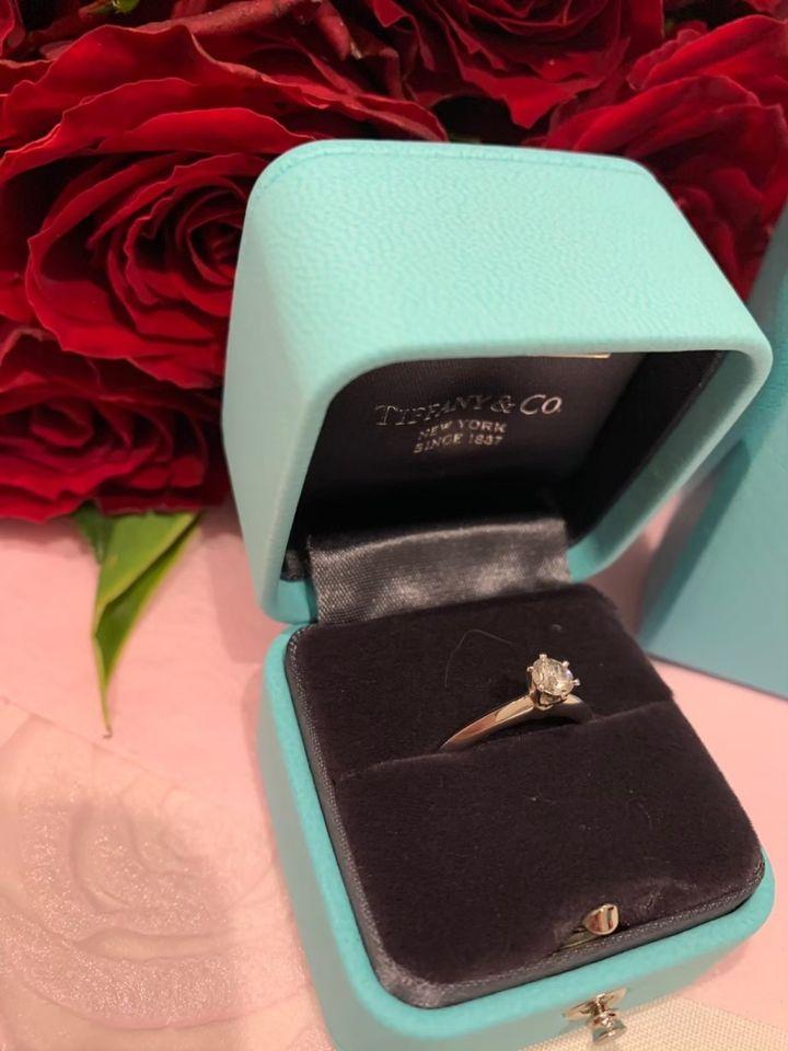 【ティファニー(Tiffany & Co.)の口コミ】 指輪のデザインがシンプルで良かったのが1番の決め手でした。またティファ…