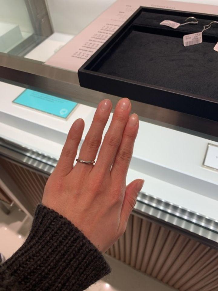 【ティファニー(Tiffany & Co.)の口コミ】 プラチナ素材。シンプルで、ウェーブの波打ちが指を細く見せてくれます。2…